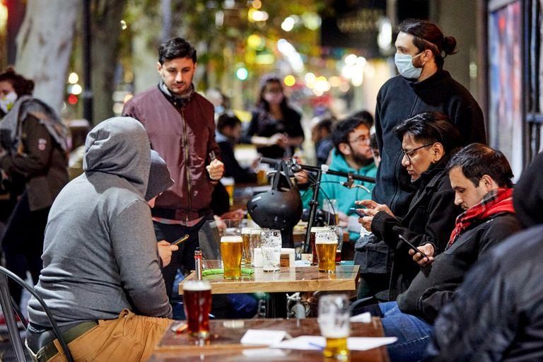 Premios por vacunarse contra el coronavirus: bares y restaurantes de Mendoza regalan vino y cerveza