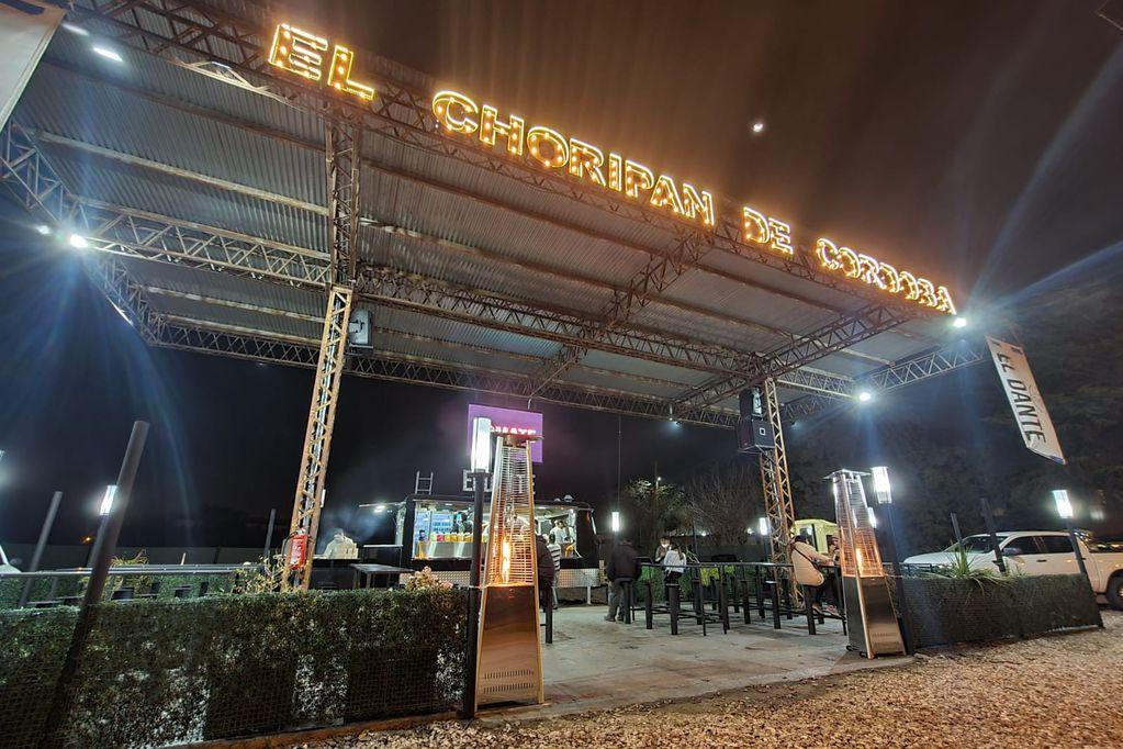 """El puesto de choripán más famoso de Córdoba inauguró un """"auto chori"""""""